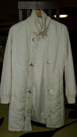 Пальто осеннее женское белого цвета на синтепоне.размер указан L, но р