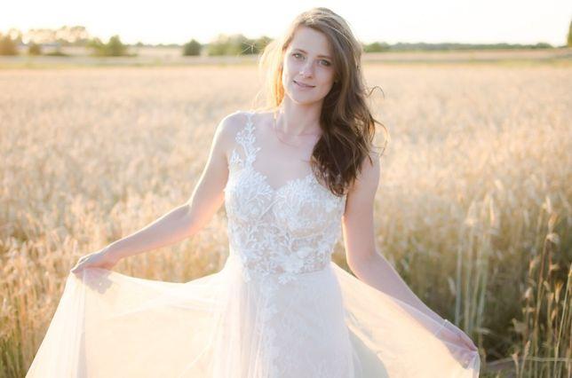 Suknia ślubna koronkowa pokryta tiulem