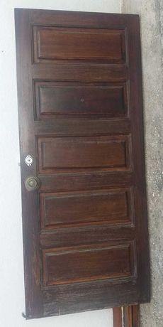 Porta madeira maçica de mocibe, fechadura, puxador e óculo