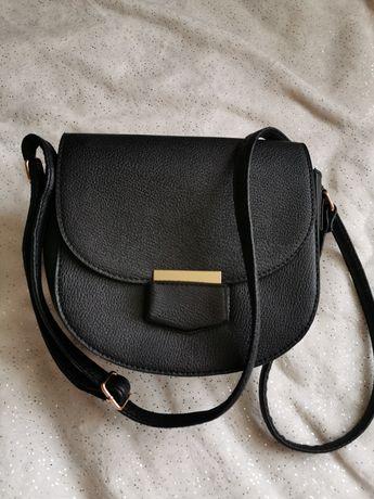 Czarna torebka listonoszka