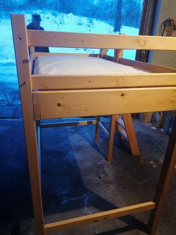 Drewniane łóżko piętrowe z materacem