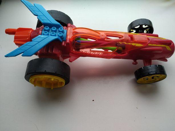Крупная машинка hot wheels на запуске