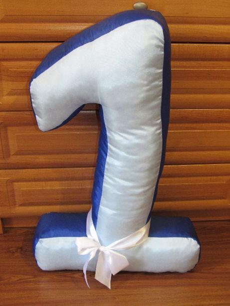 Цифра-подушка с лентой.