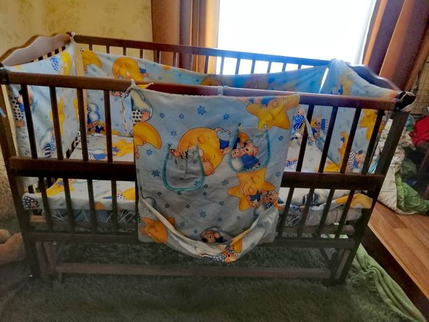 Кроватка маятник +матрас, постельное и защита с балдахином
