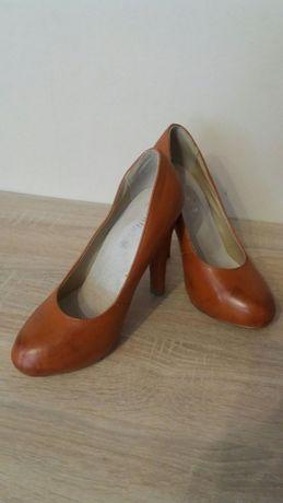 2 pary butów, brązowe platformy i beżowe szpilki