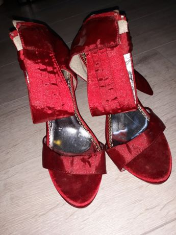 Sapatos salto agulha vermelhos