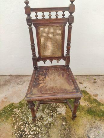 Cadeira de Madeira Clássica Usada