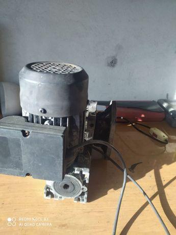 Reduktor z silnikiem do pieca z podajnikiem + wentylator