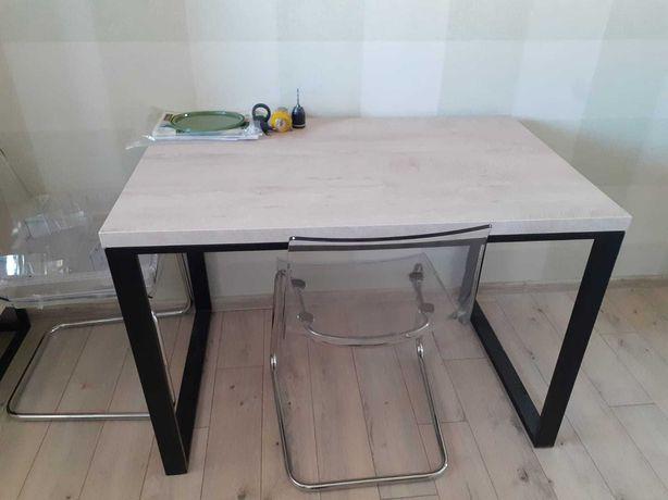 Stół na czarnych płozach