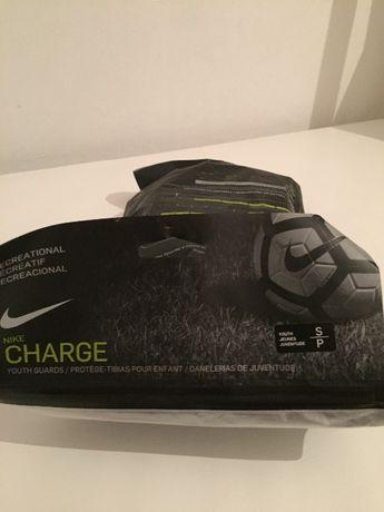 Ochraniacze nagolenniki piłkarskie Nike Youth Charge chłopięce S