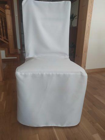 Białe pokrowce na krzesła