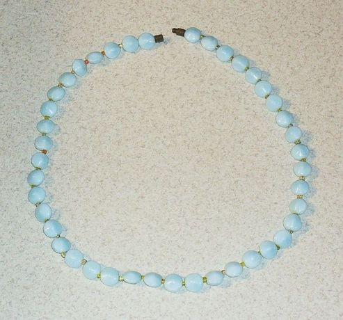 Korale szklane mleczne jasno błękitne z zapinką