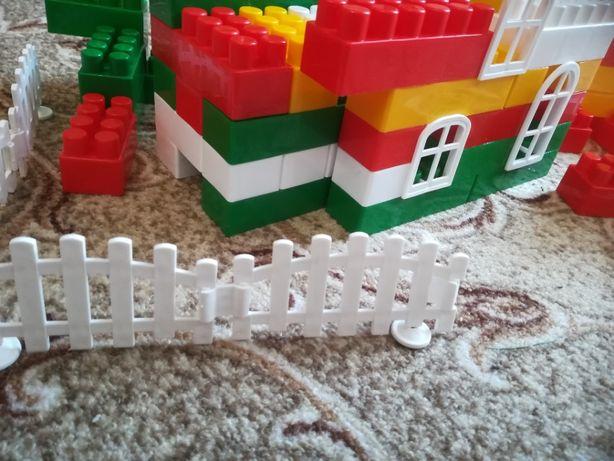 Конструктор пластмассовый детский игровой набор с блочными деталями.