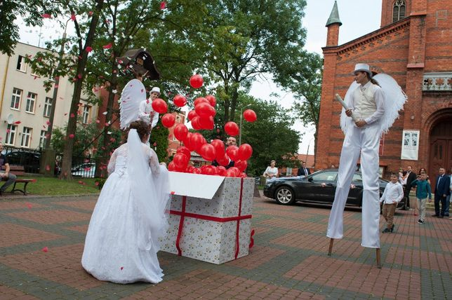 Pudło z balonami przed kościół, niespodzanka balonowa, balony z helem