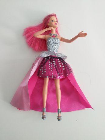 """Barbie z bajki """"Księżniczka i piosenkarka"""" zmienia strój"""