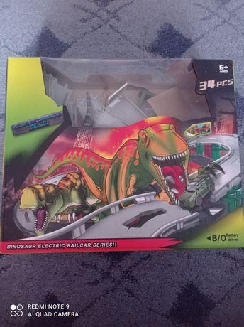 Трек с машинкой и динозаврами