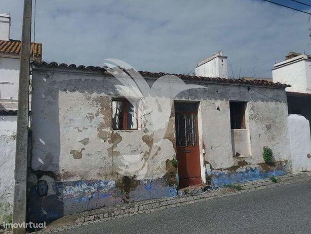 Ruina para recuperar com boas áreas em aldeia no Alentejo