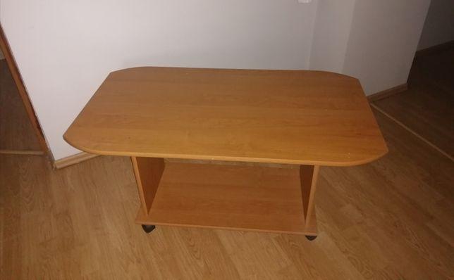 Stolik drewniany przesuwany na czterech kółkach