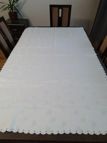 Biały elegancki obrus