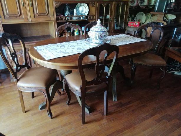 Mesa extensível antiga com cadeiras em pele