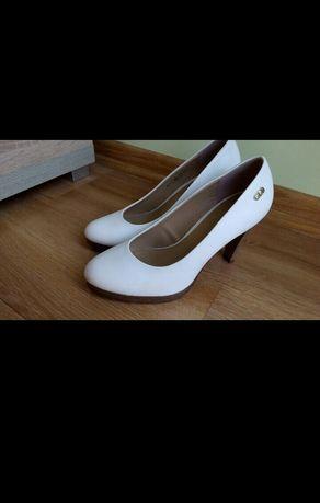 Białe buty na szpilce