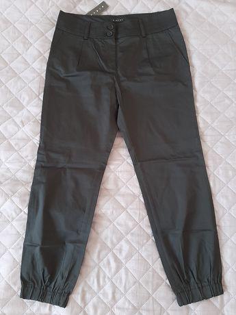 Czarne spodnie Sisley z gumką w kostce