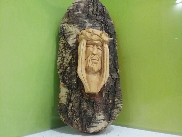 Rzeźba Jezus Frasobliwy wykonana przez twórcę ludowego z Podkapacia.