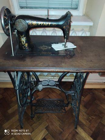Продам раритетну швейну машинку peaff