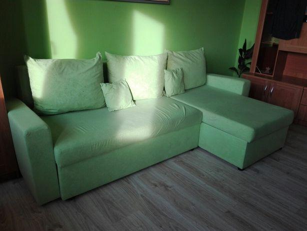 Łóżko rogowe z ozdobnymi poduszkami