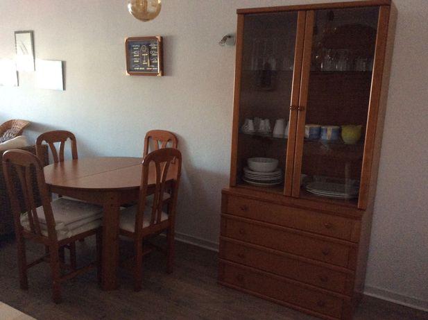 Mesa, cadeiras e vitrine de sala de jantar