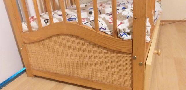 Łóżeczko z ratanu z szufladą i materacem