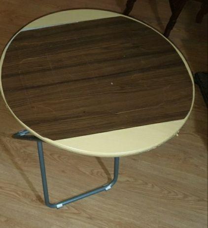 Duas mesas redondas dobráveis