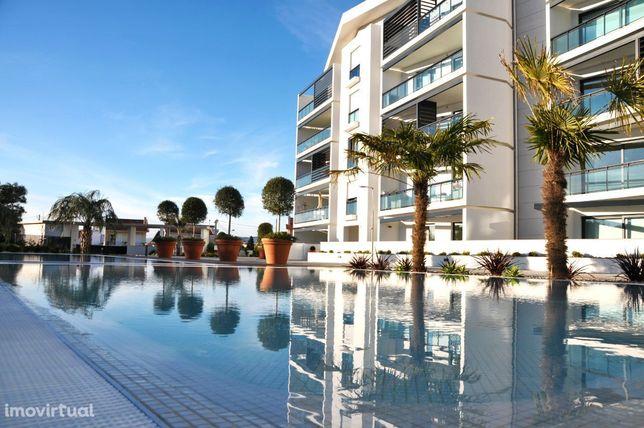 Apartamento T2 num Condomínio com Piscina e Jardim em Carcavelos