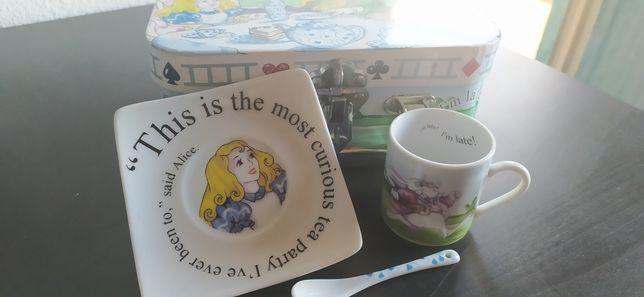 Conjunto Alice no País das Maravilhas (chávenas, colheres e pratos)