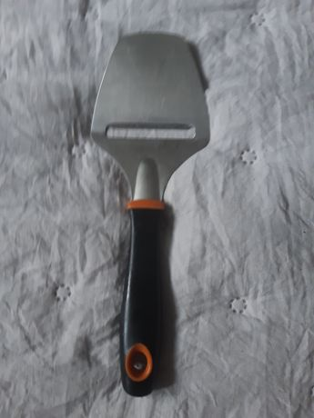 Nóż do krojenia sera w plastry. Firmy Fiskars