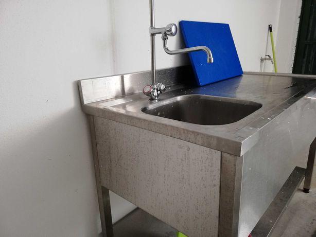 Mesa tratamento alimentos com torneira e chuveiro