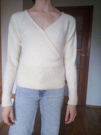 Sweter damski kopertowy biały