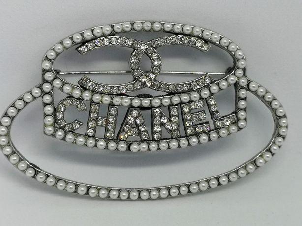 Niespotykana broszka cc srebrny kapelusz