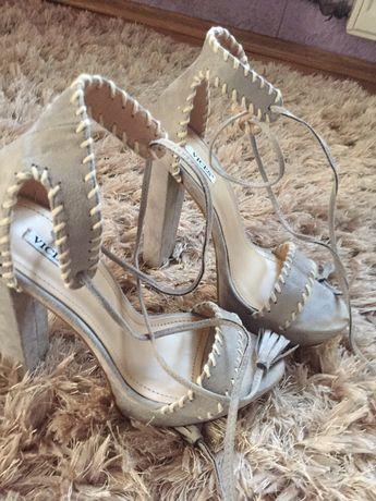 Sandałki na słupku wysokie wiązane 38