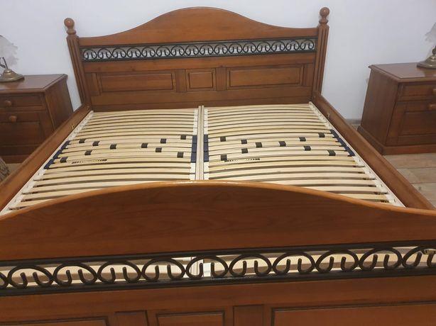 Łóżko drewniane z szafkami nocnymi i komodą