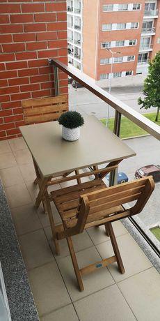 Mesa em madeira desdobrável + 2 cadeiras - jardim ou varanda.