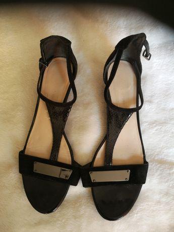 Sandałki na niskim koturnie