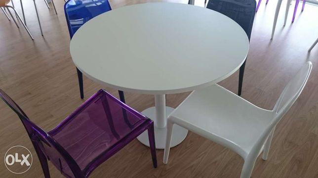 Mesa redonda em branco. NOVA