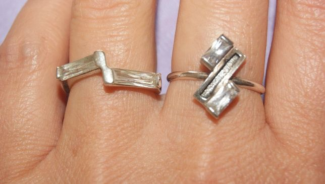 dwa pierścionki z cyrkoniami