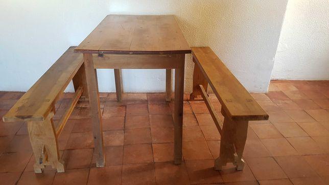 Mesa típica churrasqueira com bancos corridos