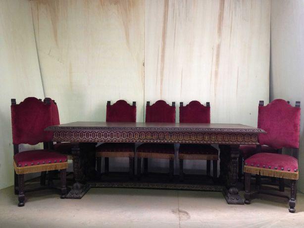 Mesa e 11 cadeiras em castanho maciço