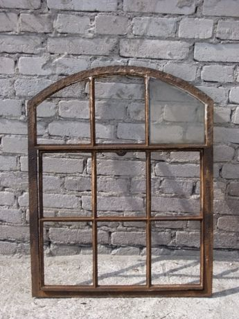 Stare żeliwne okno łukowe