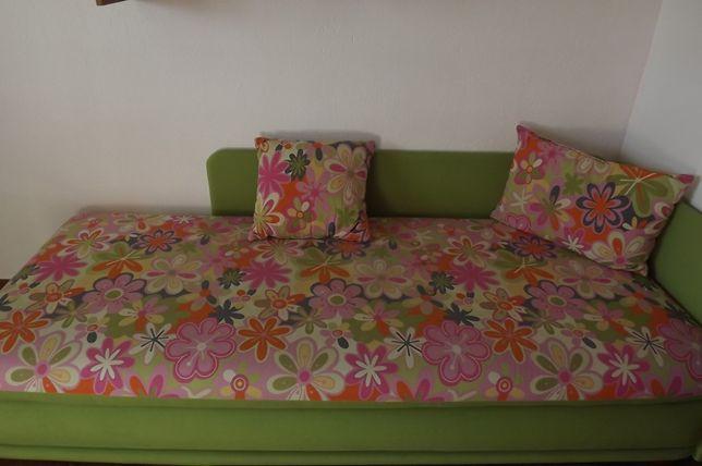 Łóżko z pojemnikiem na pościel + poduszki