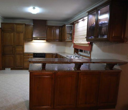 Móveis de cozinha em castanho