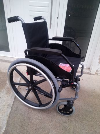 Cadeira de Rodas (com rodas removíveis) Tem Garantia de 1 Ano e Meio